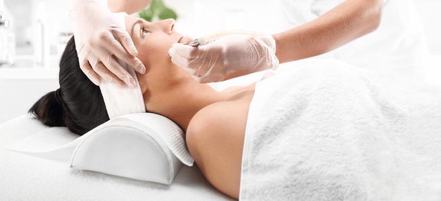 Diese Ganzheitskosmetik Ausbildung vereinigt die Fachkosmetik, die Fußpflege im med. Sinne, das Naildesign, die Visagistik, die Lash Sylist und die Wellness-Ausbildungen inkl. Praktikum in Einem.