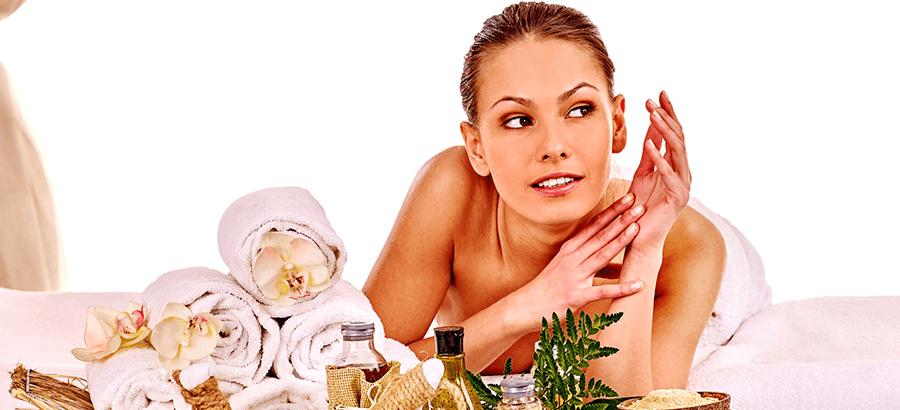 Heiße Rolle Massage Ausbildung: Massagetechnik mit heißen Tücher.